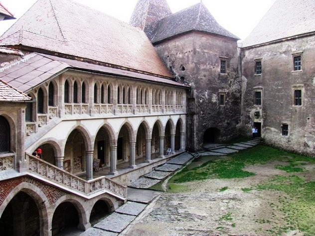 curtea castelului de la Hunedoara