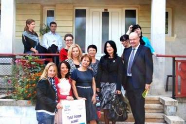 Partenerii in fata unei case SOS