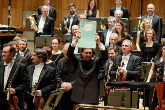 Dirijorul Vladimir Jurowski ridicind partitura enesciana pe scena Royal Festival Hall din Londra Credit foto Cristian Alexa