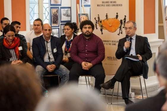 Emil Boc, primarul Cluj-Napoca, Olimpiu Bella (manager de proces proiect), Florin Stancu (DE As. Comunitara a Romilor de pe Coastei)