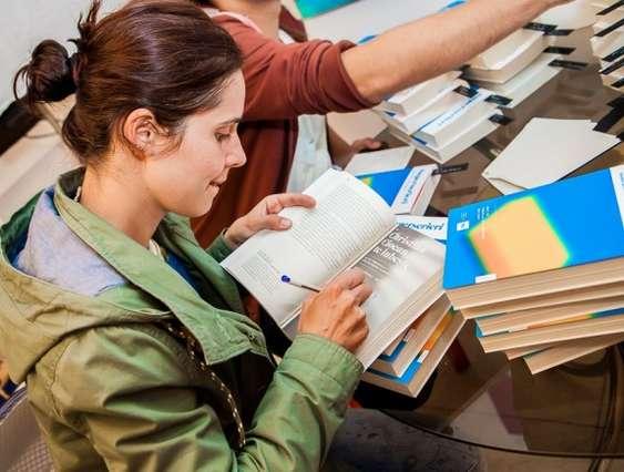lansare bucuresti_autograf carte_foto ina ionescu