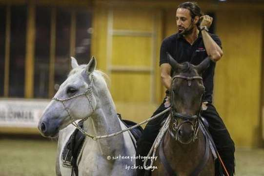Clubul Equestria găzduiește demonstrații de dresaj natural, susținute de actorul Denis Ștefan_Photo Credit Cristina Ciunga