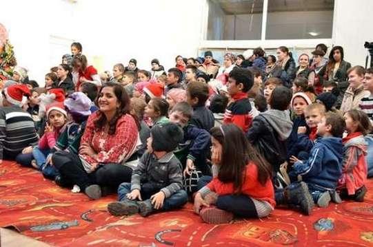 Wajiha Haris (presedinta fundatiei Scheherazade) și copiii din Bucșani (beneficiari ai programului)