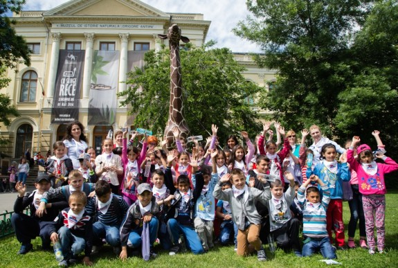 copiii FARA in fata Muzeului Antipa_credit Mihnea Ciulei