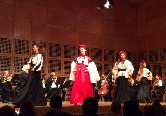 corpul-de-balet-din-dusseldorf-purtand-pe-scena-tinute-zestrea-la-jubileul-a-150-ani-de-regalitate